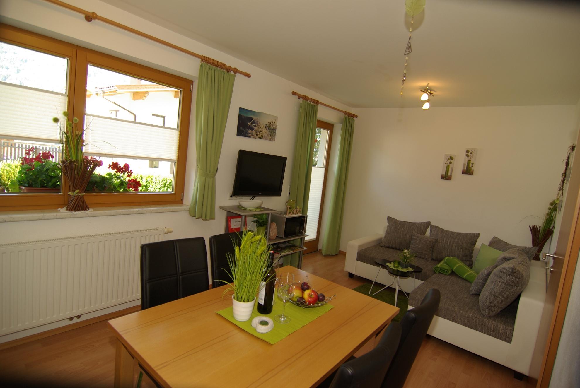 Good Die Wohnung Ist Mit Neuen Möbeln Gut Und Freundlich Eingerichtet.