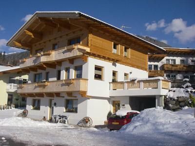 50 M Vom Haus Entfernt. Zur Talstation Der Zillertalarena Ist Es Ca.2 Km.  Ski  Und Schuhabstellmöglichkeit (beheizt). Brötchenservice. Parkplatz.